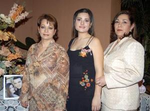 <u><b>26 de febrero</u></b><p> La cercana contrayente Ana Cecilia González en compañía de las anfitrionas de su despedida de sotlera, Rocío Macías de Camacho y Rosalind Valdés de González.