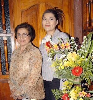 Claudia Elena Castañeda López en compañía de Ana María López en la despedida de soltera que le ofrecieron.