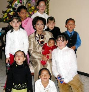 Marina Narvae de Santillán festejó su cumpleaños en compañía de sus nietos y  demás familiares.