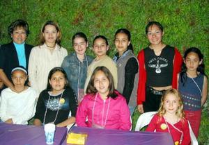 Marien Talamantes Solís acompañada de sus amiguitos y familiares en el convivio que les ofrecieron por su cumpleaños.