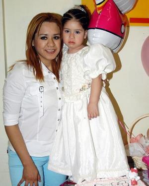 Kenia Villanueva Salcedo con su mamá Jenny Salcedo, en la fiesta infantil que le organizó en dias pasados por su cumpleaños.