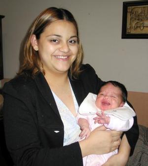 Lorena Elizabeth Martínez de Flores con su pequeña hija Sofía Xcaret Flores Martínez.