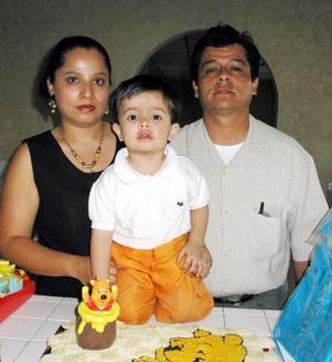 <b><u>27 de febrero</b></u><p> Miguel Ángel Caballero Elizalde acompañado por sus papás, Alfredo Caballero y Laura Elizalde de Caballero, en el festejo que le organizaron por su cumpleaños.