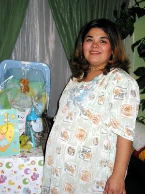 Gabriela Chávez de De Regil recibió sinceras felicitaciones en la fiesta de canastilla que le organizaron por el cercano nacimiento de su bebé.