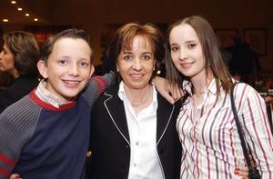 Mary Tere Nartín con sus hijos Alberto y Daniela Teele.