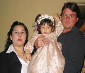 La pequeña Paulette Estefanía Reed Castañeda acompañada de sus papás, Roberto Carlos Reed y Marcela Castañeda de Reed.
