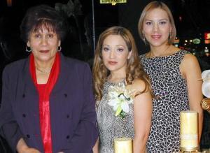 Brenda Liliana Mestas Aldaco acompañada por Susy Armas de Ramírez y María del Socorro Enríquez de Armas en la fiesta prenupcial que le ofrecieron en días pasados.