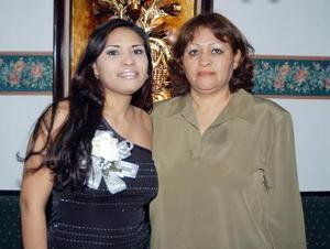 Eva Vargas Martínez acompañada de la organizadora de su despedida de soltera, la señora Juliana Muñoz Castro.