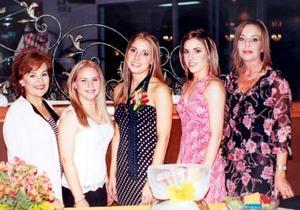 Regina Setién acompañada de Guadalupe Leal de Gutiérrez, Ana Cecilia Gutiérrez, Carla Setien Valenzuela y Regina Velenzuela.