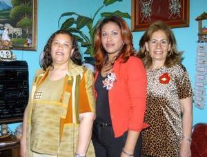 Norma Alicia Chavarría Soto acompañada de las organizadoras de su despedida de soltera.