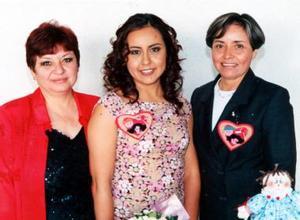 Jennifer de León Fernández acompañada de Rosy Sáenz y Mayela Fernández de De León futura suegra y mamá respectivamente.