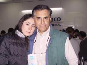 Mónica Serrano viajó a España y fue despedida por su papá Fernando Serrano.
