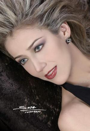 Srita. Elizabeth Segura Delgado en una fotografía de estudio es hija de los señores manuel Segura Ramírez y Carmen Delgado Segura.