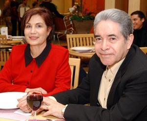 Sra. Alma Rosa Escobedo de Campos y señor Jesús Campos.