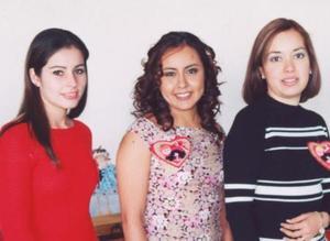 Jennifer de León Fernández en compañía de sus amigas Nelly Blackaller y Verónica Sotello.