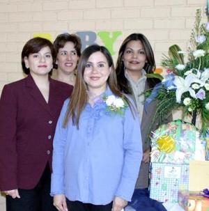 Vivian Luciano de Rodríguez con las anfitrionas a su fiesta de canastilla.