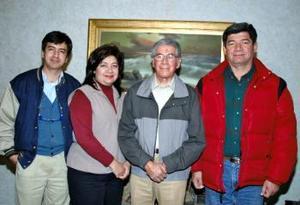 Víctor Gallardo Domínguez acompañado por su esposa Sara Olviares de Gallardo y por sus hijos en la reunión que le prepararon por su cumpleaños.
