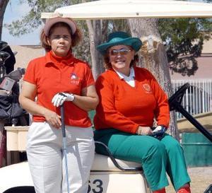 Mónica de Gallegos y Blanca Bustos captados en un centro deportivo de la localidad.