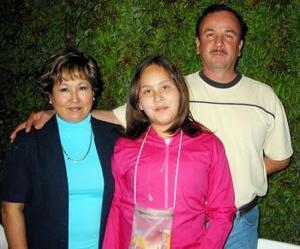 Marlen Talamantes acompañada de sus papás Elizabeth Solís de Talamantes y Francisco Talamantes .