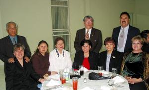 José Ángel y Bory, Anita Martínez, Martha de Ramos, Guillermo y Adriana Valdez y César y Carmelita García, captados en pasado festejo social.
