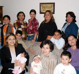 Lorena Martínez Prieto acompañada de algunas asistentes a su convivio de cumpleaños.
