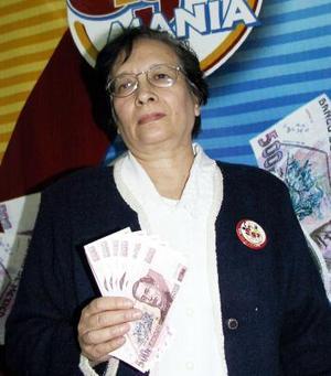 """Otra de las ganadoras es Yolanda Villegas Díaz, de la colonia centro en Lerdo, Durango, ama de casa y lectora de El Siglo de Torreón desde hace diez años """"me encanta el periódico, me gusta mucho leer la Sección Internacional""""."""