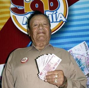 """Otro de los afortunados en sumarse a la lista de ganadores fue José Matilde García González es lector de El Siglo de Torreón desde hace treinta años. Comenta que le gusta leer las noticias y estar al tanto de los deportes, """"todos los días leo la página de Siglomanía, reviso los números porque es un juego muy bueno, sólo se necesita suerte y ganas para participar, me dio mucho gusto cuando me enteré que era ganador y me siento muy orgulloso de ser parte de El Siglo de Torreón""""."""