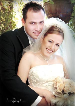 Ing. Hugo Cuitláhuac Meléndez Castañeda y Lic. María del Carmen Montes Escobedo reibieron la bendición nupcial en la parroquia de La Sagrada Familia el 14 de febrero de 2004.  <p> <i>Estudio Laura Grageda</i>