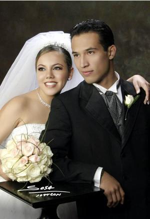 Ing. Omar Guzmán Banda y Srita. Loreley R. Ceballos Pérez Vertti contrajeron matrimonio religioso en la parroquia de San Pedro Apóstol el 26 de diciembre de 2003. <p> <i>Studio Sosa</i>