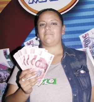 """con la Siglomanía"""". Claudia Elena Salas Rangel, de la colonia Fidel Velásquez, en Gómez Palacio, es la quinta agraciada de esta semana en juego. Su padre Roberto Salas Gallegos es lector de El Siglo de Torreón desde hace veinte años, él también juega Siglomanía, juntos revisaron los números de la suerte diariamente."""
