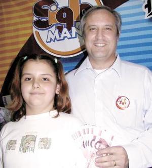 Carlos Sánchez Russek y su hija Marly Sánchez con el premio.