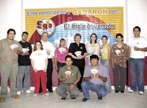 La subdirectora de Finanzas de esta Casa Editora, María del Socorro Soto Navarrete entregó la cantidad de cuatro mil ciento sesenta y seis pesos a cada uno de los doce afortunados.