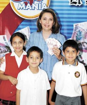 Ana Laura Aguilera de Casta y sus hijos Ana Laura, Enrique y Alejandro