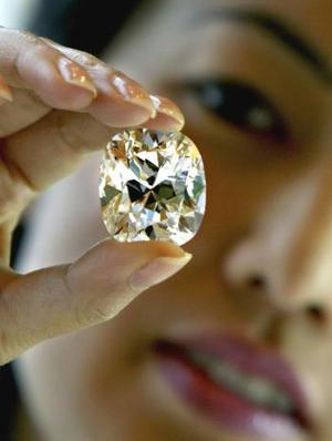 Un diamante grande y perfecto fue mostrado en Hong Kong.  Con  103.83 kilate, este diamante tiene un valor de ocho millones de dólares.