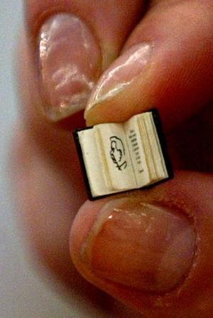 Un empleado de la editorial rusa Biblio-Globus sostiene uno de los llamados 'Micro-lIbros', los cuales dice la editorial son los más pequeños del mundo.