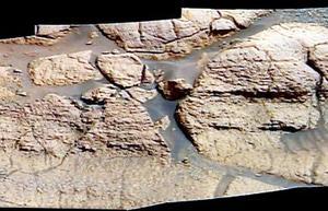 Las fotografías enviadas por ambos vehículos espaciales revelan que las rocas examinadas por ellos sufrieron una erosión que sólo puede ser explicada por la presencia de agua, informó Steve Squyres, principal encargado de los instrumentos científicos del Opportunity.
