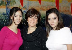 Aurora Gutiérrez Mansur en la despedida de soltera, que el ofrecieron su mamá y su hermana.