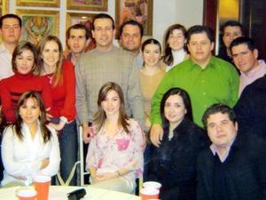 <b><u>01 de marzo </b></u><p> Amando Fernández Abularage y Ana Elisa Viesca Corrales recibieron numerosas felicitaciones de sus amigos en la despedida de solteros que les ofrecieron con motivo de su próxima boda, la cual se celebrará el seis de marzo.
