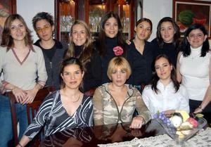 Betty Wong Armendáriz en compañía de algunas de las asistentes a su despedida de soltera