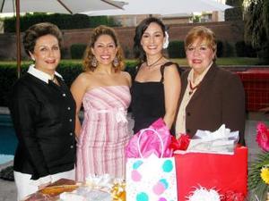 <b><u>01 de marzo </b><u><p>  Itziar Muguerza aompañada de algunas asistentes a su despedida de soltera, realizada en días pasados con motivo de su próxima boda con Rodrigo Méndez