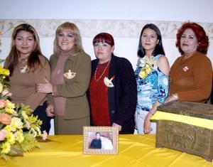 Brenda Ceslete Cortés Chávez en compañía de algunas de las asistentes a su despedida de soltera.