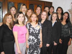 Brenda Nurit Hernández Velazco acompañada de sus amigas en la despedida de soltera que le ofrecieron con motivo de su próxima boda.