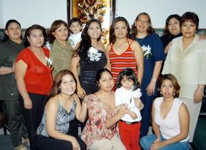 <b><u>05 de marzo </b></u><p> Eva Vargas Martínez acompañada de algunas de las asistentes a su despedida de soltera.