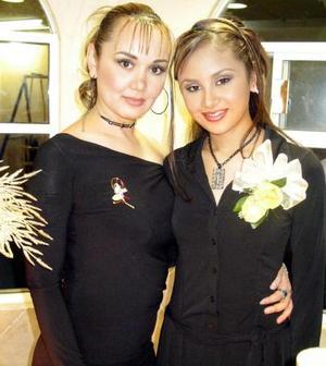 Claudia Leonor acompañada de su hermana Isela Samago García en su despedida de soltera.