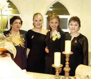 <b><u>06 de marzo </b></u><p> Leonor Samago García en compañía de María del Carmen Cansino Veloz, Isela Samago y Beatriz García Almonte.