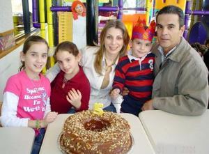 José Manuel Algara Martínez cumplió cinco años de edad, y sus papás Manual Algara y Astrid de Algara le organzaron un festejo infantil, lo acompañan sus hermanas Isabela y Astrid.