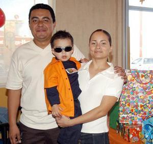 Diego Alfonso Gutiérrez Echeverría con sus papás Alfonso Gutiérrez Frayre y Cynthia Echeverría de Gutiérrez.