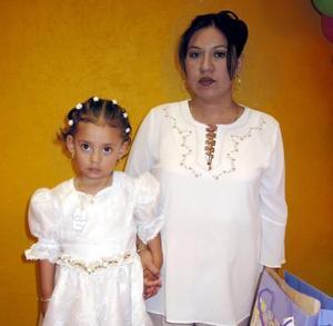 Lesly Natalia de la Rosa Gómez acompañada de su mamá Paloma Gómez en el convivio ofrecido por su cumpleaños.