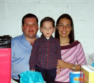 Manolo Zorilla Martínez acompañado de sus papás Manolo Zorrilla Cabada y Vanessa Martínez.