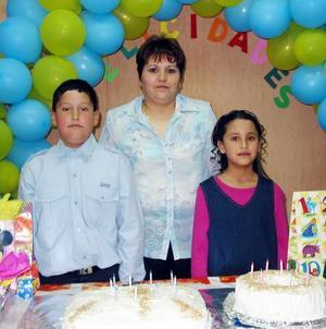 <b><u>05 de marzo</b></u><p> Marco Antonio y Marcela Pacheco Carbajal acompañados de su mamá Juana Carbajal en la fiesta que les organizó por sus cumpleaños.